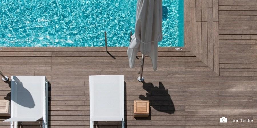 5 voorbeelden van een bamboe vlonder rondom een zwembad